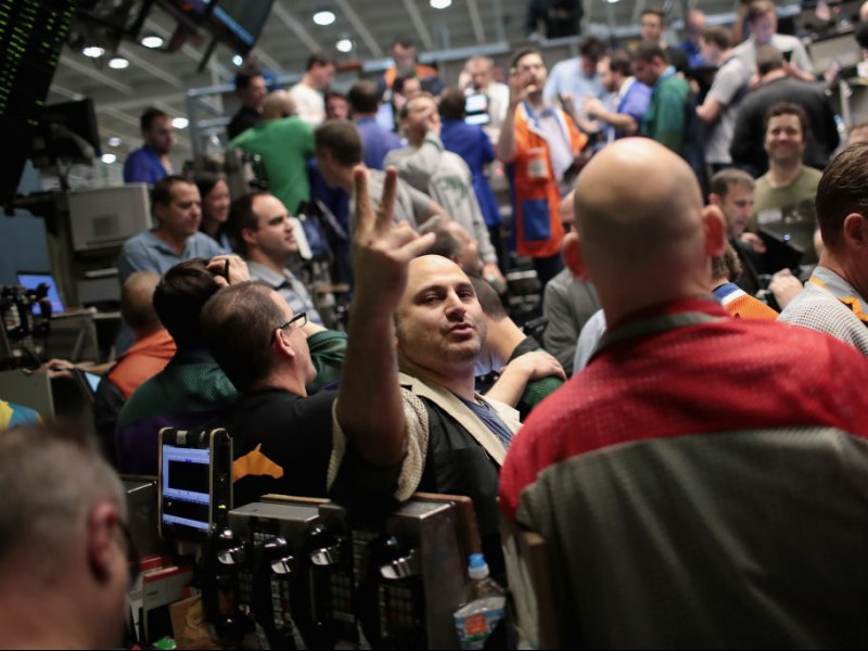 © REUTERS/Frank Polich, Traders in the S&P 500 options pit at the Chicago Board Options Exchange