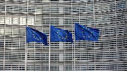 REFILE-Deutsche Bank, Lloyds earnings prop up European shares