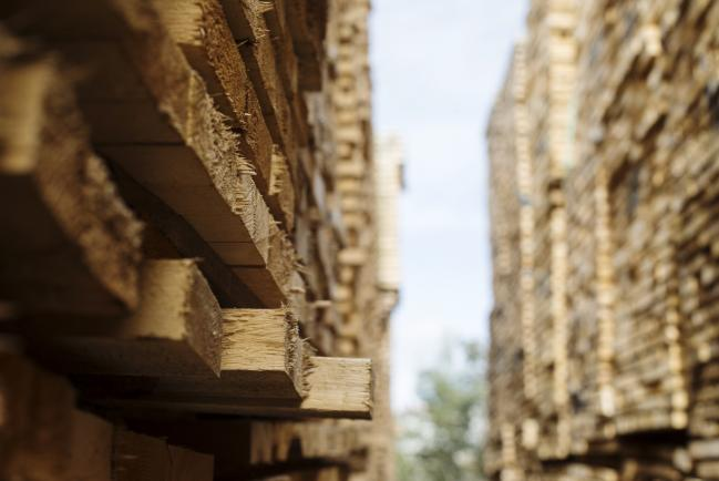 © Bloomberg. Softwood lumber sits in stacks at the Groupe Crete Inc. sawmill in Chertsey, Quebec, Canada, on Tuesday, Sept. 4, 2018. Lumber futures for November delivery rose $12.10, or 3%, to $414.70 per 1,000 board feet on the Chicago Mercantile Exchange after jumping by the maximum. Photographer: Christinne Muschi/Bloomberg