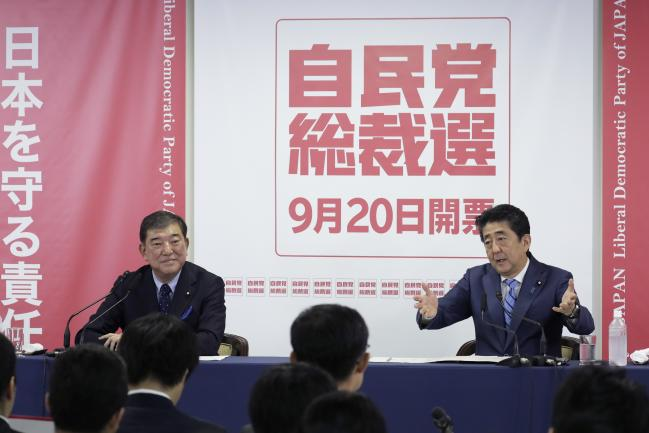 © Bloomberg. Shinzo Abe, right, and Shigeru Ishiba in Tokyo on Sept. 10. Photographer: Kiyoshi Ota/Bloomberg
