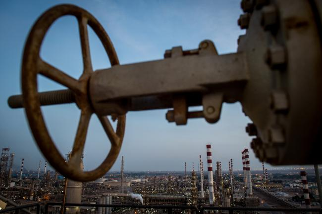 © Bloomberg. A valve control wheel sits on a high platform at the Persian Gulf Star Co. (PGSPC) gas condensate refinery in Bandar Abbas, Iran, on Wednesday, Jan. 9. 2019. The third phase of the refinery begins operations next week and will add 12-15 million liters a day of gasoline output capacity to the plant, Deputy Oil Minister Alireza Sadeghabadi told reporters. Photographer: Ali Mohammadi/Bloomberg