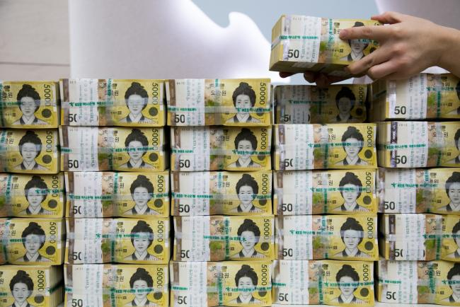 © Bloomberg. An employee arranges genuine bundles of South Korean 50,000 won banknotes for a photograph at the Counterfeit Notes Response Center of KEB Hana Bank in Seoul, South Korea, on Monday, Aug. 14, 2017. The won advanced for the first day in four as top U.S. national security officials sought to damp down talk of am imminent war with North Korea following days of heightened rhetoric. Photographer: SeongJoon Cho/Bloomberg