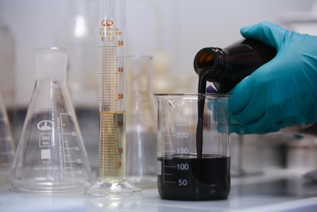 © Bloomberg. An oil sample is poured into a glass beaker in the laboratory at the Novokuibyshevsk oil refinery plant, operated by Rosneft PJSC, in Novokuibyshevsk, Samara region, Russia.