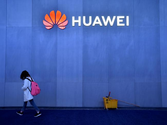 © Bloomberg. LAS VEGAS, NEVADA - JANUARY 08: An attendee walk by the Huawei booth at CES 2019 at the Las Vegas Convention Center on January 8, 2019 in Las Vegas, Nevada. CES, the world's largest annual consumer technology trade show, runs through January 11 and features about 4,500 exhibitors showing off their latest products and services to more than 180,000 attendees. (Photo by David Becker/Getty Images)