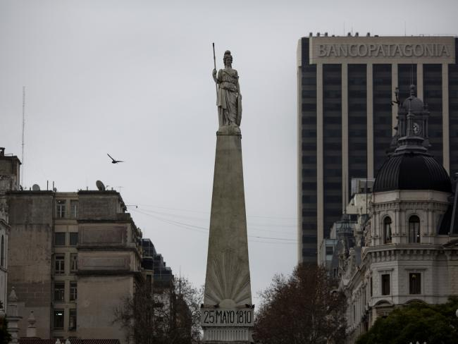 © Bloomberg. A statue stands over the Plaza de Mayo, marking the scene of the May 25, 1810 revolution, in Buenos Aires, Argentina. Photographer: Victor J. Blue/Bloomberg