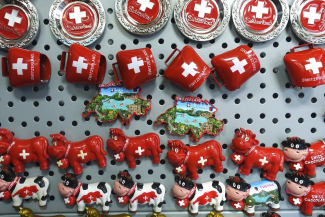 © Bloomberg. Novelty Swiss cow and cowbell fridge magnets hang on display inside a souvenir shop in Lugano, Switzerland, on Tuesday, Nov. 15, 2016. While the Swiss National Bank (SNB) admitted to interventions to weaken the franc following the Brexit referendum, it declined to comment after the U.S. election last week.