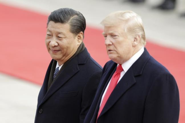 © Bloomberg. Xi Jinping, China's president, left, and U.S. President Donald Trump look on during a welcome ceremony outside the Great Hall of the People in Beijing, China.