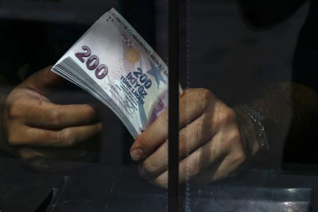 Bloomberg An Emloyee Holds A Wad Of 200 Turkish Lira Banknotes In Currency