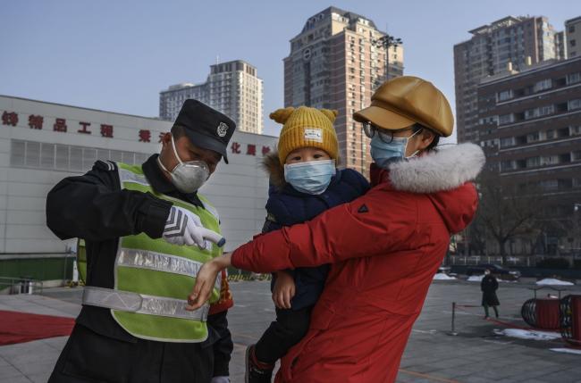 Deaths Hit 910; Empresas globales reinician plantas de China: actualización de virus por Bloomberg 3