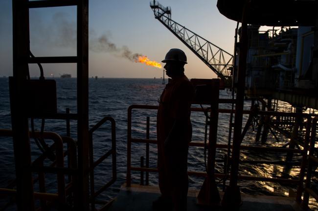 Oil Extends Drop as Recession Risk Overshadows Saudi Assurance