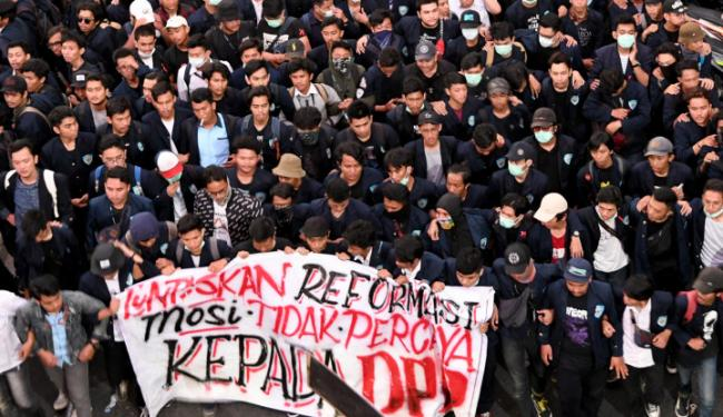 warga ikut selfie saat aksi demo mahasiswa di dpr oleh warta