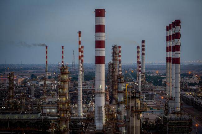 © Bloomberg. Lights illuminate the processing plant at the Persian Gulf Star Co. (PGSPC) gas condensate refinery in Bandar Abbas, Iran, on Wednesday, Jan. 9. 2019. The third phase of the refinery begins operations next week and will add 12-15 million liters a day of gasoline output capacity to the plant, Deputy Oil Minister Alireza Sadeghabadi told reporters. Photographer: Ali Mohammadi/Bloomberg