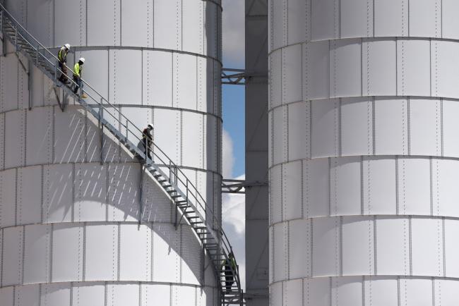 Oil Edges Down as Rate-Cut Anticipation Balances Demand Fears