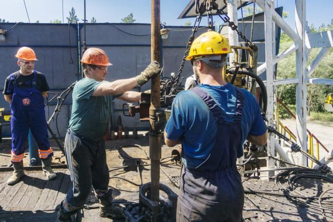 © Bloomberg. A worker inserts a drill tube into a rotary mantle on a gas rig during drilling operations by DK Ukrgazvydobuvannya (UGV), a unit of NAK Naftogaz Ukrainy, in Poltava, Ukraine, on Friday, July 21, 2017. Investors wanting to take the temperature of Ukraine's reform drive could do worse than look in on state-run energy firm Naftogaz, where a battle for control underscores the obstacles hampering wider efforts to clean up the ex-communist economy.