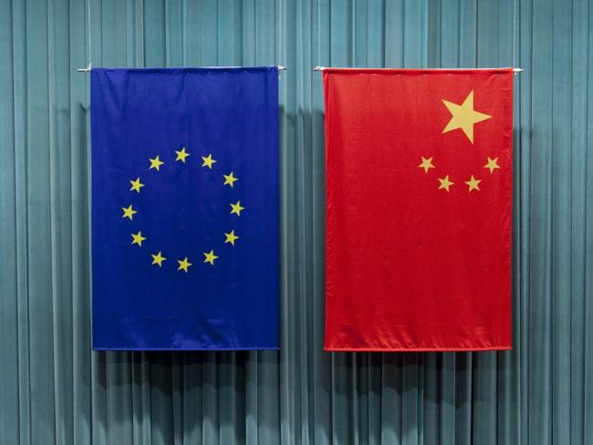 © Bloomberg. The Chinese and European Union flags hang during a speech by Herman Van Rompuy, president of the European Union, unseen, at the Central Party School of the Communist Party of China, in Beijing, China, on Tuesday, May 17, 2011.