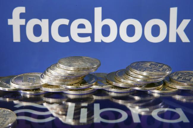 © Bloomberg. PARIS, FRANCE - JULY 08: In this photo illustration, a visual representation of digital cryptocurrency coins sit on display in front of Libra and Facebook logos on July 08, 2019 in Paris, France. Since the announcement of its creation a few days ago, the virtual currency of Facebook Libra fascinates as much as it worries. Libra, Facebook's cryptocurrency project, worries US representatives and senators: they ask the social network to pause its implementation, the time to investigate Libra and carry out impact studies. The Congress plans to release its findings on July 17, 2019. (Photo by Chesnot/Getty Images) Photographer: Chesnot/Getty Images Europe