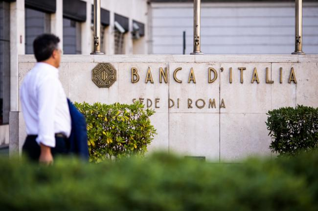 © Bloomberg. A pedestrian passes the Banca d'Italia, Italy's central bank, in Rome, Italy, on Saturday, Oct. 20, 2018. Italian government bonds, stocks and debt from Europe's other peripheral nations may rally on Monday after a ratings decision by Moody's Investors Service removed the immediate threat of a downgrade to junk.