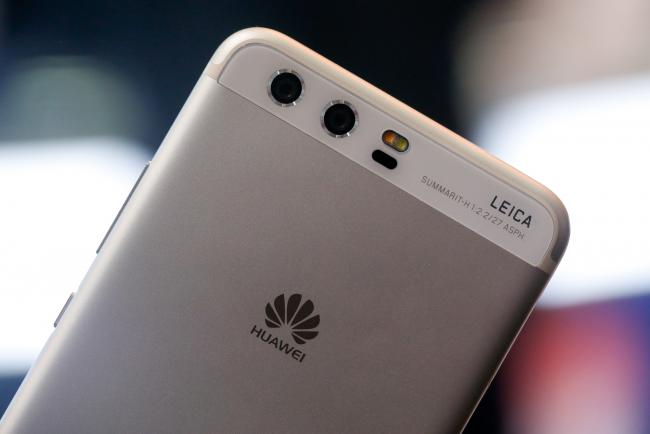 © Bloomberg. Dual rear facing cameras by Leica sit on the back of P10 smartphone, manufactured by Huawei Technologies Co Ltd. on the opening day of the Mobile World Congress (MWC) in Barcelona, Spain, on Monday, Feb. 27, 2017.  Photographer: Pau Barrena/Bloomberg