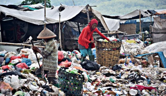 © Warta Ekonomi. Tak Setuju Kantong Plastik Dilarang, IPR: Nasib Jutaan Pemulung?
