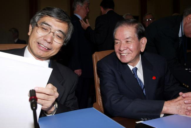 © Bloomberg. Haruhiko Kuroda, then-vice minister for international affairs, left, speaks with the BOJ governor Masaru Hayami in 2002. Photographer: Alex Wong/Getty Images North America