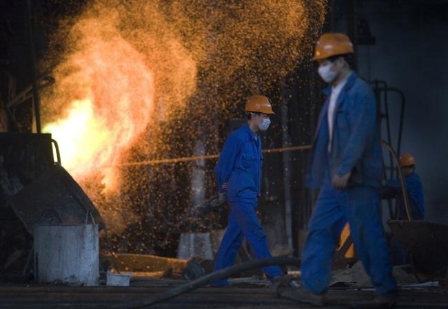 © Bloomberg. Metal workers work at the Tongling Nonferrous Metals Group Holdings Co. Ltd copper smelter in Tongling, China.