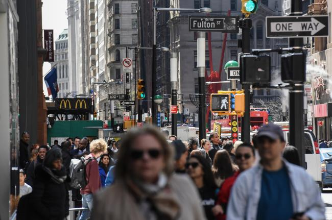 © Bloomberg. Pedestrians and shoppers walk past Fulton Street in New York, U.S., on Thursday, April 13, 2017. Bloomberg is scheduled to release U.S. weekly consumer comfort figures on April 27. Photographer: Stephanie Keith/Bloomberg