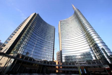 Borsa Milano in rialzo con Stm, auto e banche, deboli lusso e energia