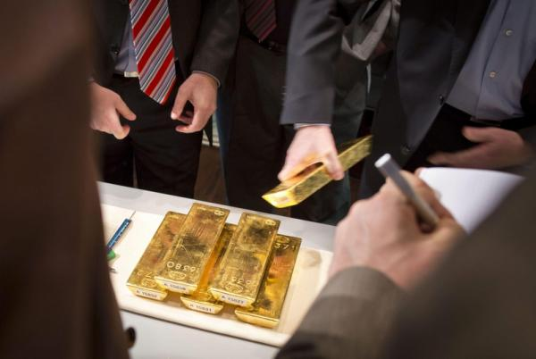 © Reuters.  Gold prices fall amid rate hike bets