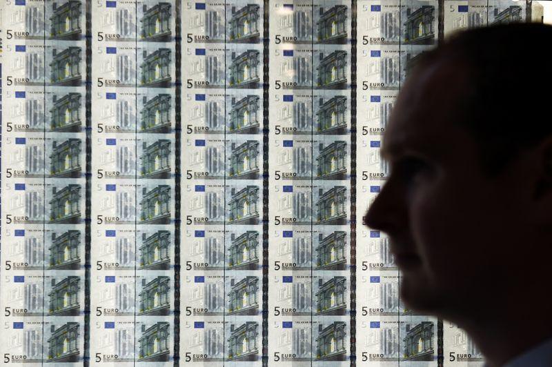 Доллар и евро снижаются в начале торгов на