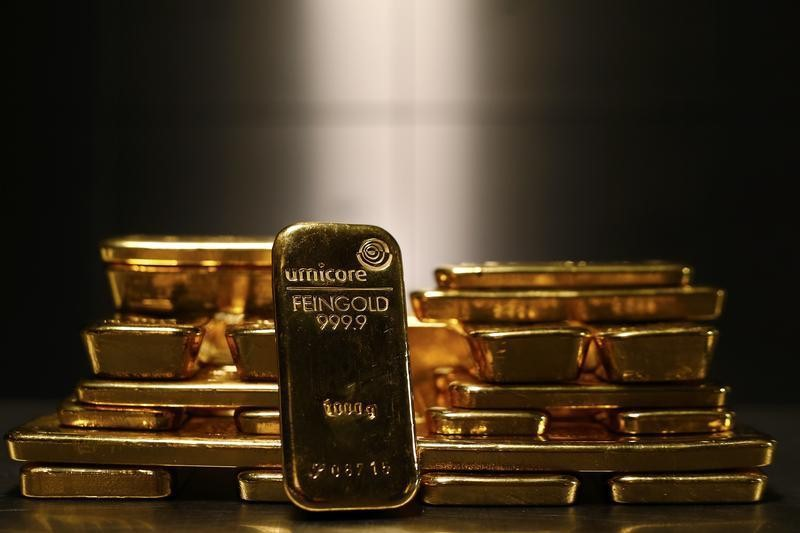 © Reuters. Gold pulls back from session highs as U.S. dollar strengthens