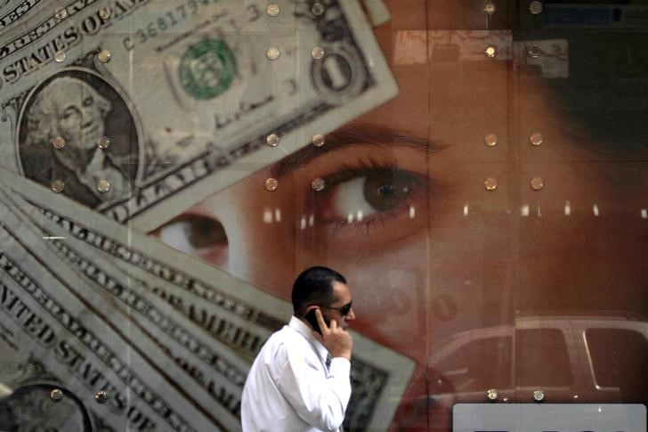 © Reuters. Dollar Ticks Higher as Trade Woes Lend Support; Sterling Dips