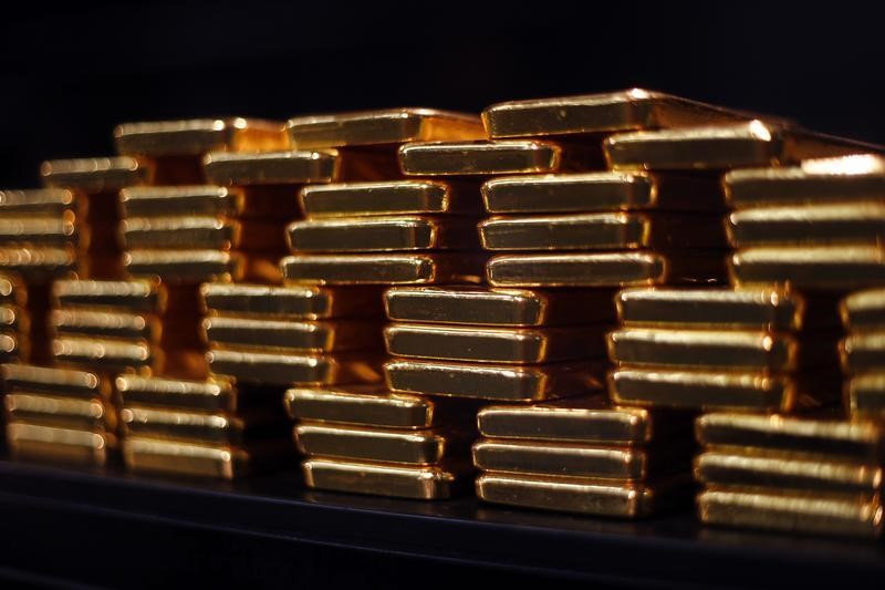 © Reuters. PRECIOUS-Gold slips as trade tensions buoy dollar; U.S-China talks in focus