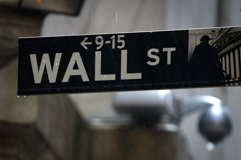 © Reuters. US STOCKS-Wall St falls after Fed statement, energy shares tumble
