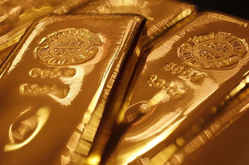 © Reuters. Gold prices edged higher as the dollar continued to lose ground