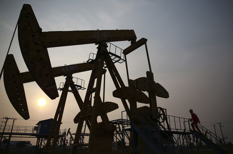 © Reuters. Oil extends losses as other markets fall, inventories rise