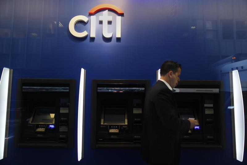 © Reuters.  US STOCKS-S&P trades near flat as Citigroup results weigh on bank stocks
