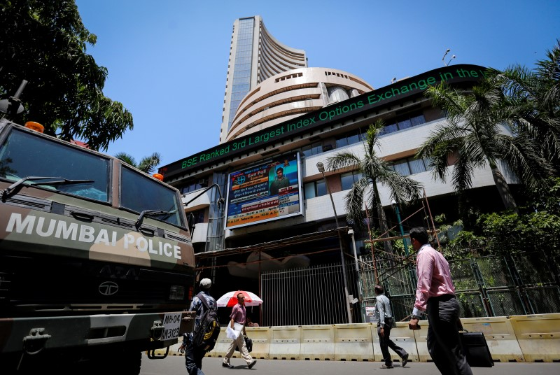 © Reuters.  Indian shares fall; ITC, Vedanta drag