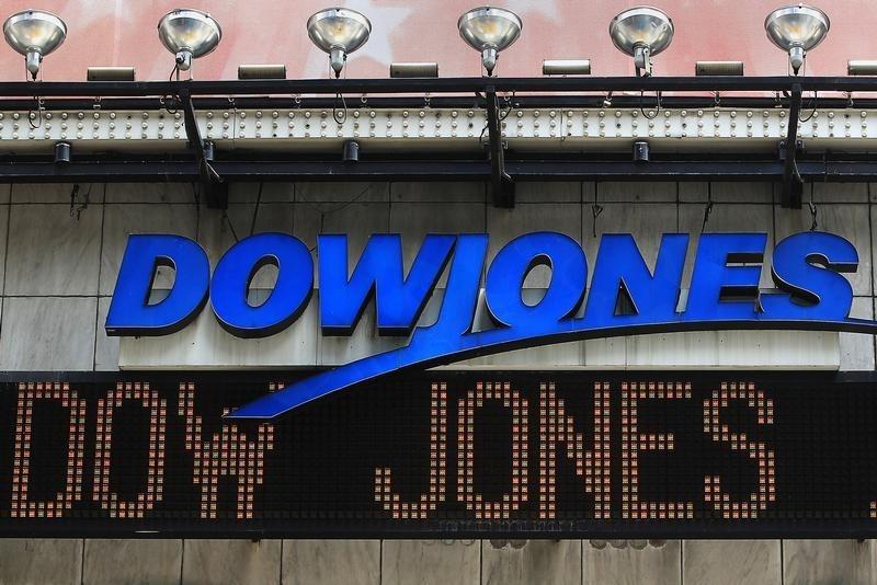 Фондовый индекс Dow Jones превысил 18000 пунктов впервые с июля