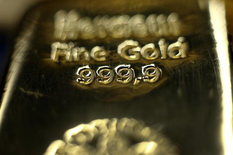 © Reuters. Gold prices hold onto gains as greenback continues to drop