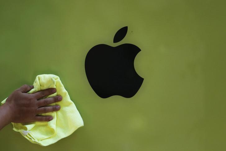 © Reuters.  Apple Rises 4.26%