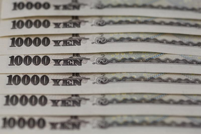 © Reuters.  Yen gains in Asia