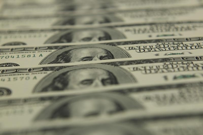 © Reuters.  Dollar remains under broad selling pressure