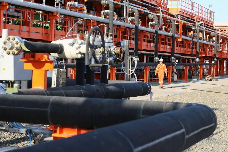 © Reuters.  Crude gains in Asia
