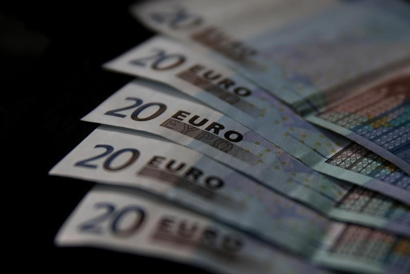 © Reuters.  Euro slips lower as Greece worries weigh