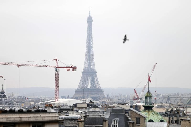© Reuters.  French Private Sector Slows, Remains Solid in February: PMI