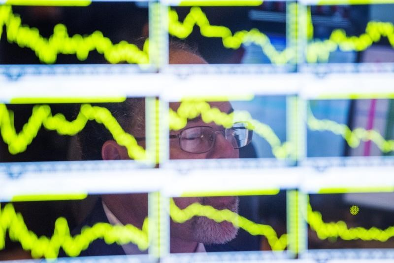 © Reuters.  Positive holiday data propels China stocks