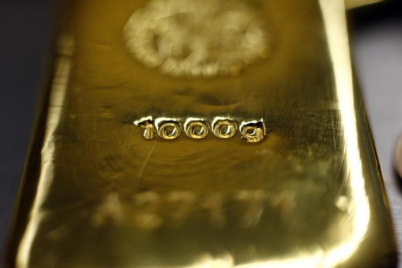 © Reuters.  PRECIOUS-Gold turns up as dollar falls from its highs