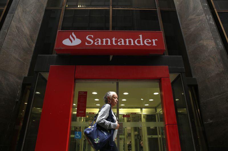 © Reuters.  Santander tem ganhos de mais de 2% com projeções otimistas até 2022