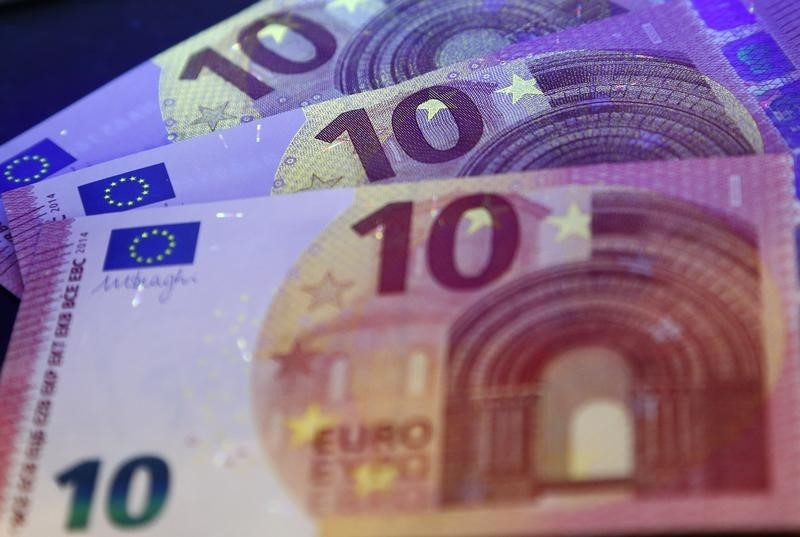 © Reuters.  FOREX-Euro hits four-month high as dollar begins year on back foot