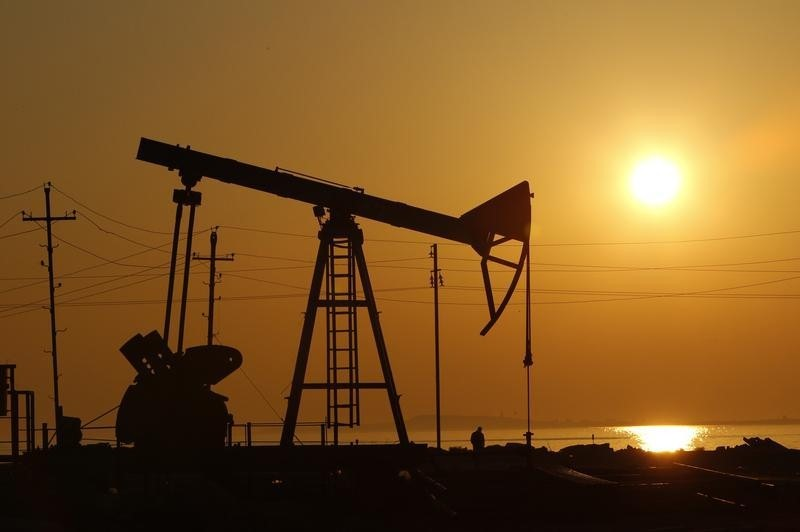 © Reuters.  Oil prices extended losses on Thursday morning in Asia